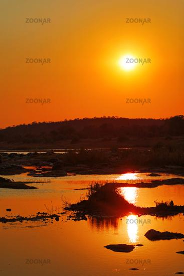 Sonnenuntergang am Olifants Fluss, Kruger Nationalpark Südafrika; sunset at Olifants River, Kruger national park, south africa