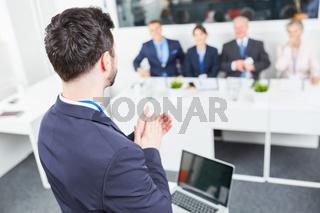 Berater klatscht Beifall für sein Team