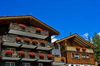 Wohnhäuser, Ferienhäuser mit Balkonen im Chalet Stil, Saas-Fee, Wallis, Schweiz