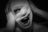 Verletzte Frau mit Kopfverband