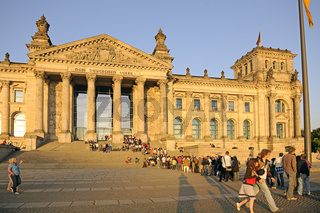 Reichstag in Berlin mit wartenden Touristen