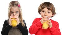 Kinder trinken Orangensaft Orangen Saft gesunde Ernährung Freisteller freigestellt isoliert