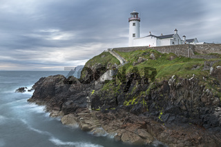Leuchtturm von Fanad Head auf Felsklippe, Regenschauer, County Donegal, Irland, Europa