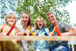 Eltern und Kinder freuen sich auf den Hausbau