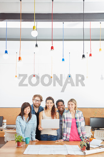 Kreatives Startup Team mit Laptop