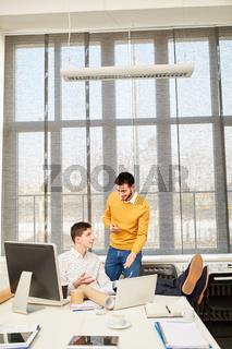 Mann und Berater in einer Besprechung