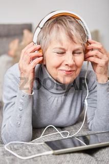 Ältere Frau genießt Musik hören