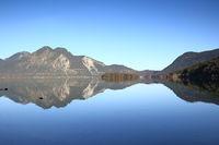 gespiegelte Berge im See
