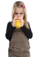 Kind Mädchen trinken Orangensaft Orangen Saft gesunde Ernährung Hochformat Freisteller freigestellt isoliert