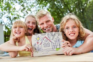 Familie und Kinder mit Zeichnung von Traumhaus