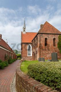 Loquarder Kirche mit Glockenturm in Ostfriesland