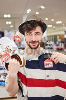 Junger Mann findet Mode zum Aktionspreis