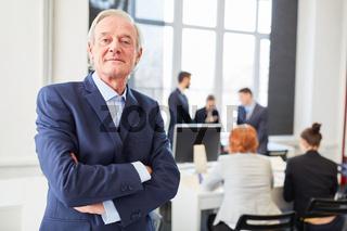 Selbstbewusster Senior als Manager