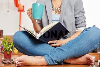 Frau liest ein Buch in der Pause