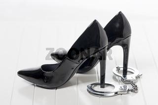 schwarze high Heels und Handschellen