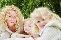 Familie mit zwei Mädchen beim Malen