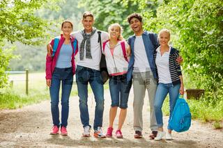 Fröhliche Wandergruppe macht einen Ausflug