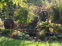 Herbstlicher Garten mit Wasserspiel