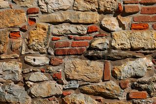 Mauer aus Natursteinen und Ziegeln