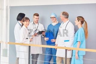 Ärzteteam der Chirurgie macht eine Besprechung