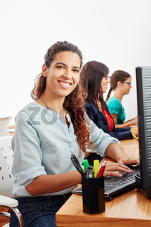 Frau als Telefonist im Callcenter