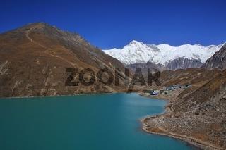 Turquoise Gokyo lake, mount Cho Oyu and Gokyo Ri