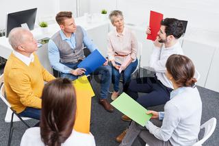Business Team macht kreative Übung