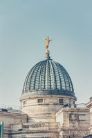 Kuppel der Hochschule für Bildende Künste in Dresden mit goldener Fama