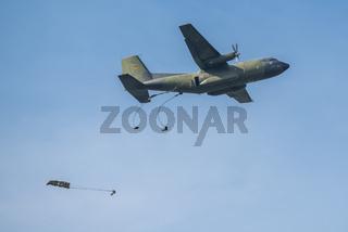 Fallschirmjäger der Bundeswehr beim Übungsspringen aus 400 Meter