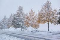 Schneeglatte Straßen im Herbst