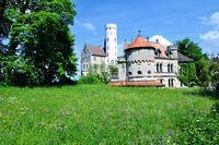 Schloss Lichtenstein mit Wiese Schwäbischen Alb