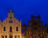 Giebel zweier historischer Häuser in Wismar zur blauen Stunde