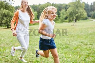 Mutter und Tochter machen einen Wettlauf