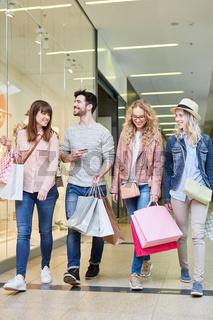 Gruppe junger Leute macht Einkäufe