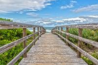 Pier zum Strand von Canaveral National Seashore am Cape Canaveral Florida