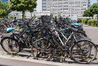Drahtesel-Chaos - viele Fahrräder auf einem Radparkplatz