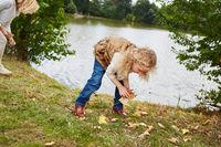 Familie beim Blätter sammeln