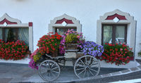 Blumenschmuck vor Hotell Sassongher in Corvara; Dolomiten; Suedt