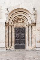 Tür der Kathedrale der heiligen Anastasia in Zadar, Kroatien