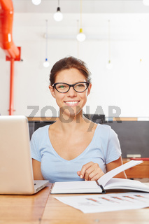 Junge Frau als Studentin am Laptop