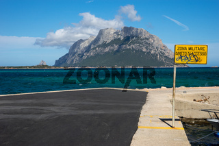 Blick auf die Bucht vor der Isola Tavolara, Sardinien