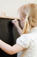 schwarze Tafel mit kleinem Mädchen