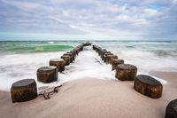 Buhnen an der Küste der Ostsee an einem stürmischen Tag
