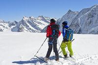 Skitourengeher blicken von der Lötschenlücke über den Grossen Aletschfirn Richtung Konkordiaplatz und die Berner Alpen