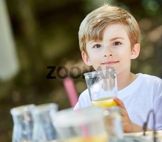 Junge trinkt ein Glas mit gesundem Orangensaft