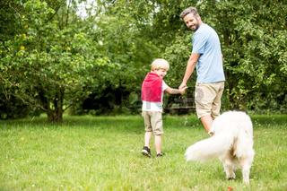 Vater und Junge mit Hund