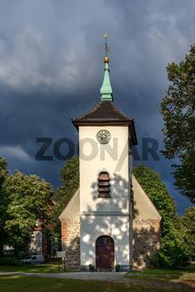 Gewitterwolken über der Dorfkirche von Berlin-Reinickendorf