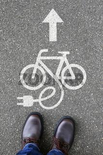 Mann Mensch E-Bike Ebike E Bike Pedelec Elektro Fahrrad fahren Umwelt umweltfreundlich