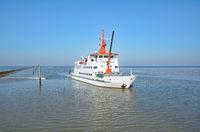 Faehre von Spiekeroog kommend in Neuharlingersiel,Nordsee,Ostfriesland,Deutschland
