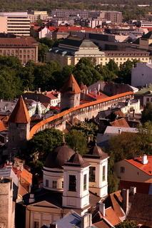 Die Stadtmauer mit den Wachtuermen in der Altstadt von Tallinn der Hauptstadt von Estland